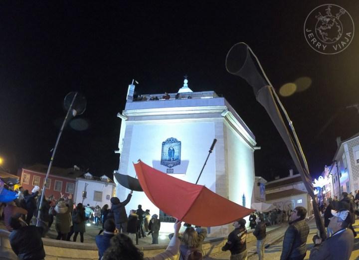 Cavacas son arrojadas del techo de la capilla en la Fiestas de Sao Gonçalinho
