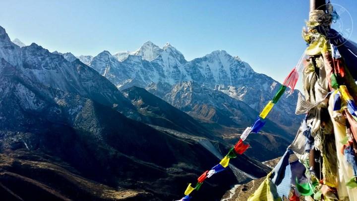 Montañas del Himalaya y banderines tibetanos. Sendero al Everest Base Camp