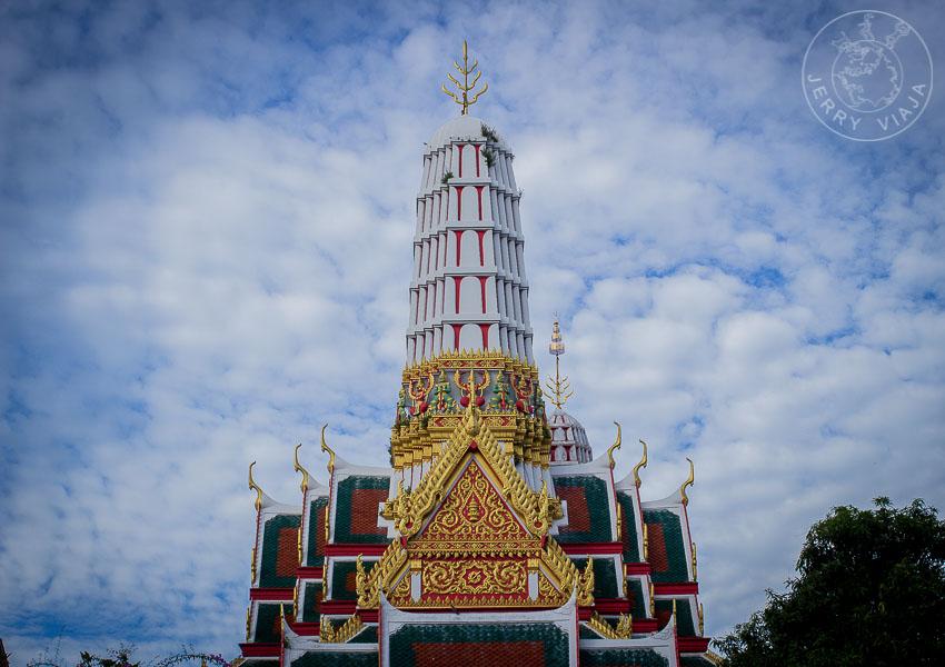 Viajar a Tailandia. Wat Chakrawat y sus cocodrilos, Bangkok, Tailandia