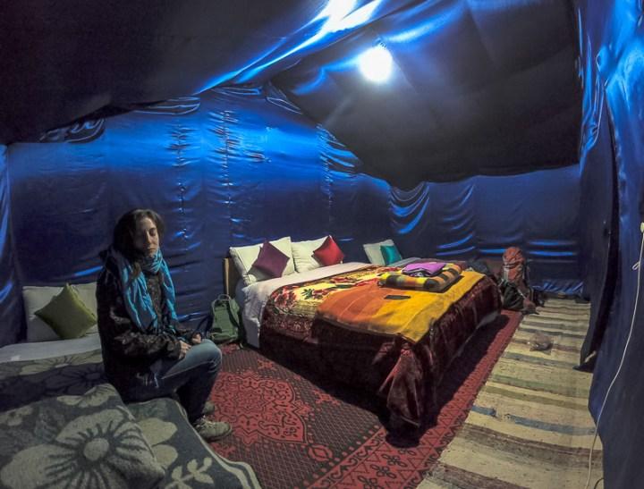 Interior de haima en Erb Chebi Merzouga, Marruecos. Desierto del Sahara.