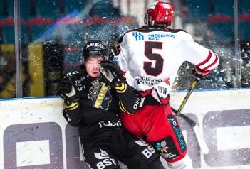 Per Svensson puts in a good hit on AIKs Jesper Frödén. 2016-02-24
