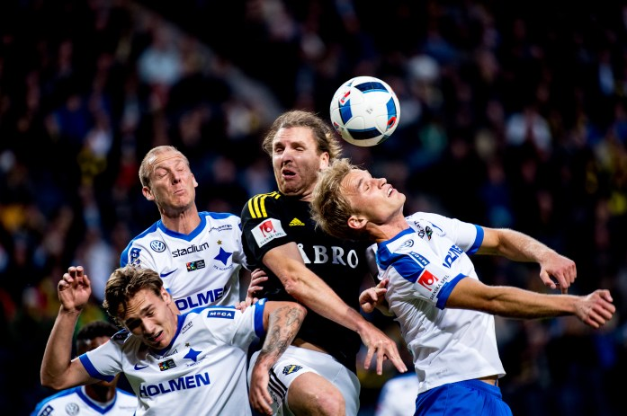 AIK's Nils-Eric Johansson and three players of IFK Norrköping in a duel for the ball.