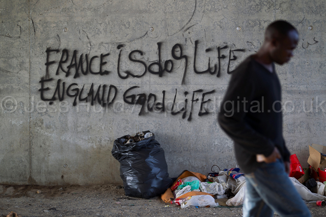 France is dog life, England good life, graffiti in the Calais migrants camp known as the jungle. France. © Jess Hurd/reportdigital.co.uk