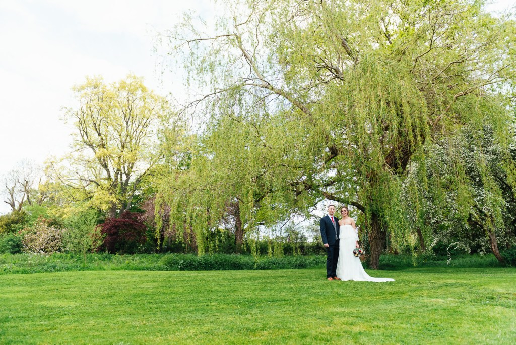 Natural couples portrait by a beautiful willow tree