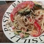 Pittige pasta met groenten en geitenkaas