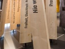 EG, Detail Fahnen auf Objektpodest des Beurnkriegsmuseums