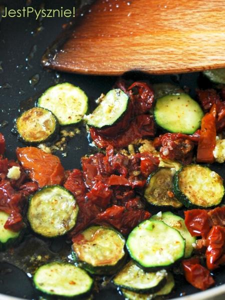 043 Makaron z cukinia i suszonymi pomidorami V1