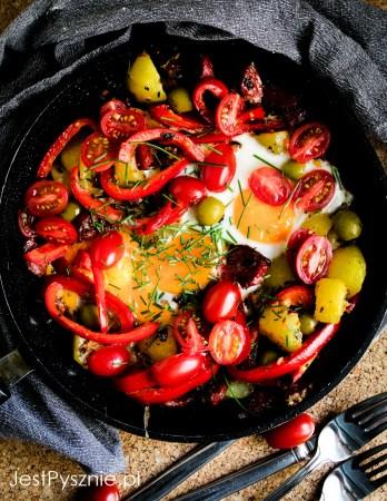 Jajka sadzone z chorizo, ziemniakami i i papryką