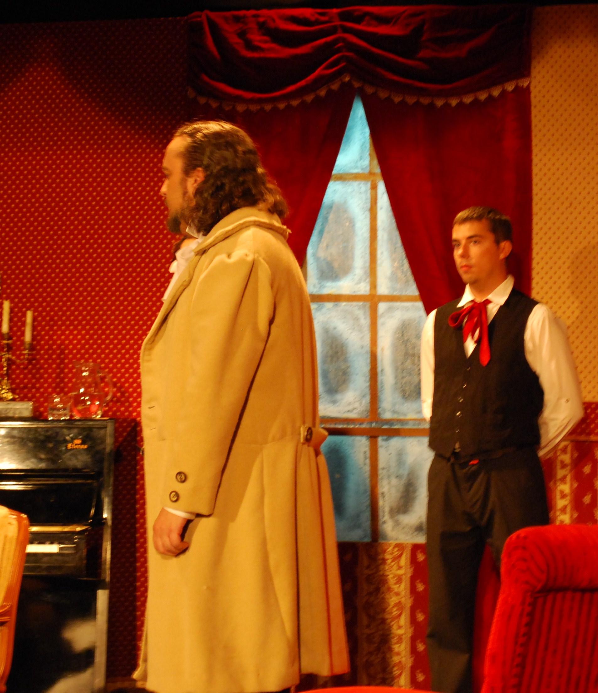 Armando Vidal (Ángel Cercós) habla con Margarita en presencia de un criado
