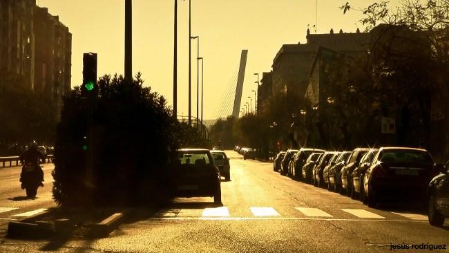 Sevilla invisible - La Ronda Norte a la altura de Pino Montano, con el Puente del Alamillo al fondo
