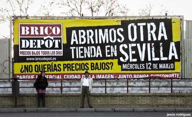 Sevilla invisible - Anuncio del nuevo Brico Depôt junto a una parada de Tussam