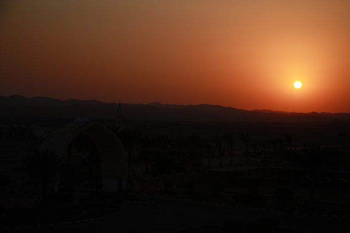 Zachód słońca nad pustynią to niesamowity widok.