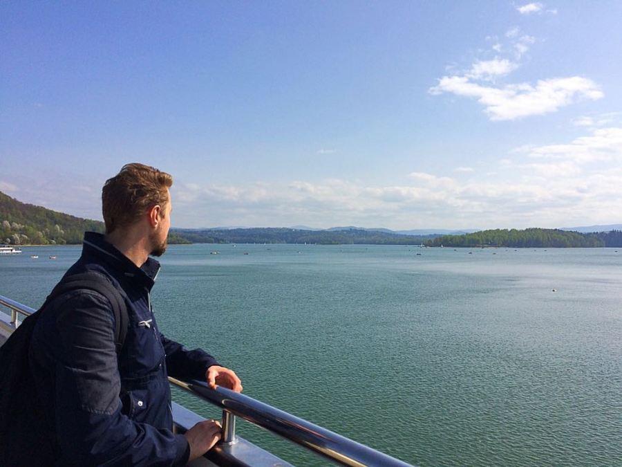 Widok z zapory wodnej na Jeziorze Solińskim. Bieszczady.