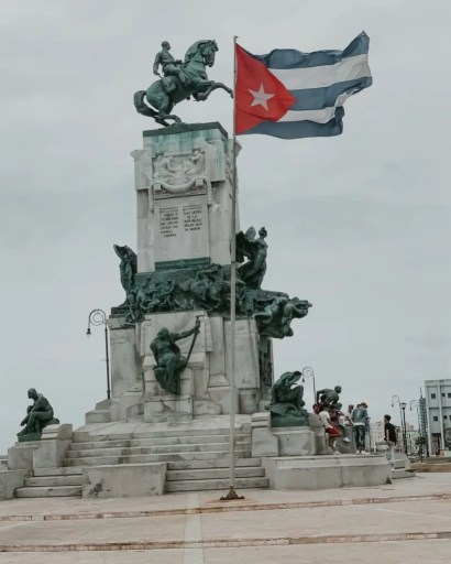 statue with Cuban flag near the malecon