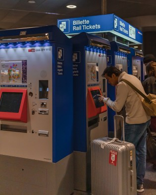 picture of the metro ticket machine at the Zurich Airport