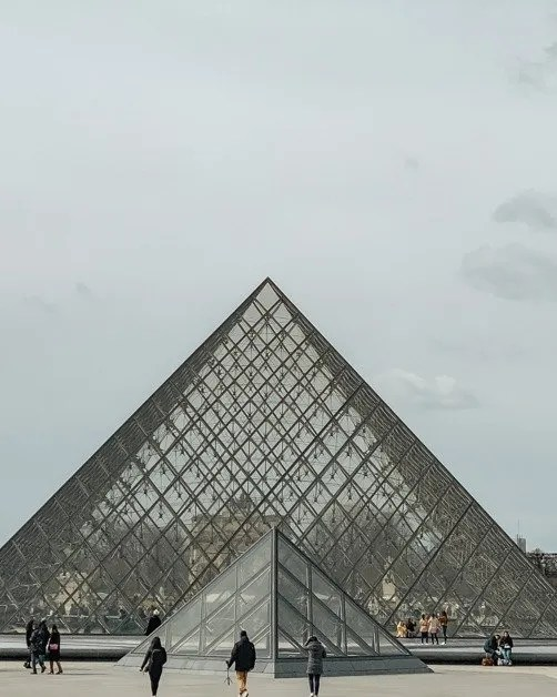 Picture of the louvre in Paris