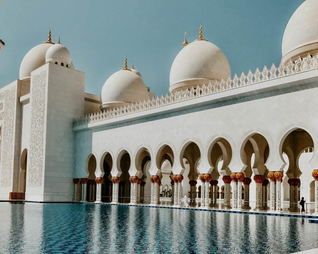 Picture of the Sheik Zayed Mosque a must see from a day trip from Dubai to Abu Dhabi.
