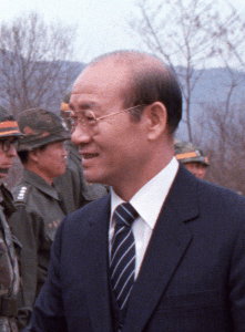 DA-SC-84-02430 President Chun Doo Hwan of South Korea meets with staff officers of the 25th Infantry Division at their field headquarters during the joint Korean/United States training exercise TEAM SPIRIT '83.