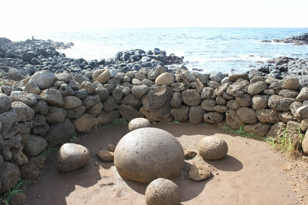 Naval of the World, magnetic rocks at Te Pito Kura, Easter Island