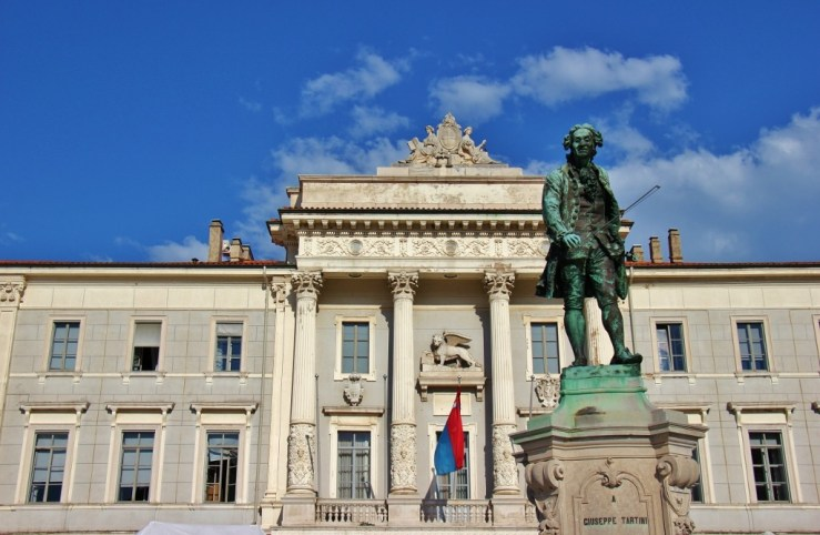 copper-tartini-statue-and-municpal-palace-on-tartini-square-piran-slovenia