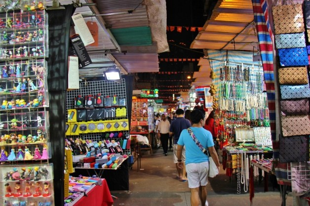 Shopping Temple Street Night Market in Hong Kong