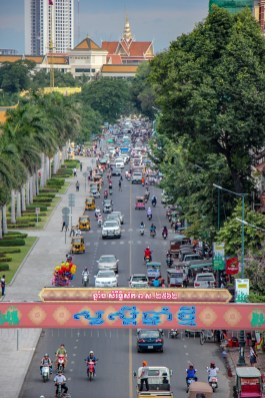 Buzzing traffic o Preah Sisowath Quay in Phnom Penh, Cambodia