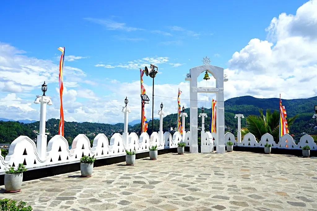 What to do in Kandy: Visit the Bahirawakanda temple