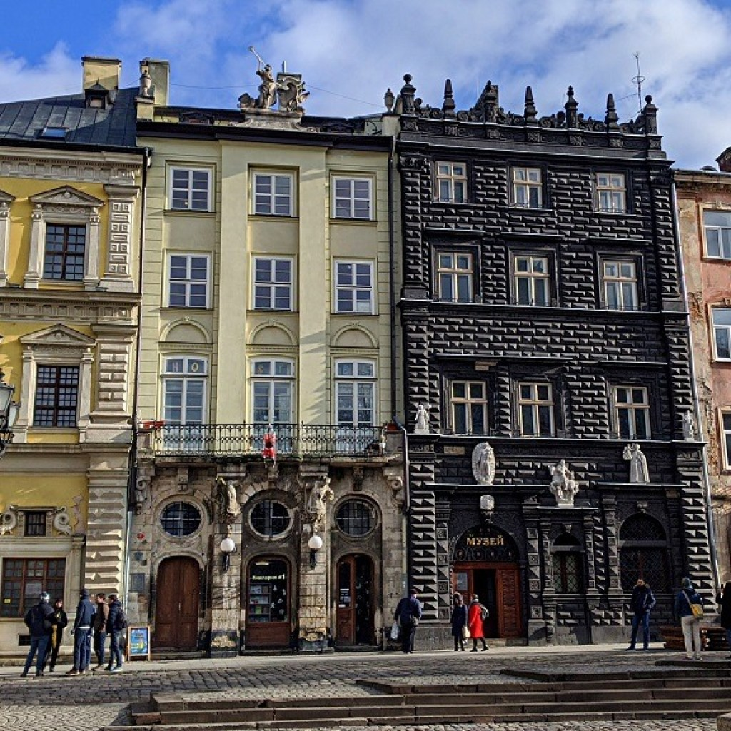 This image has an empty alt attribute; its file name is Lviv-Rynok-squer-1024x1024.jpg