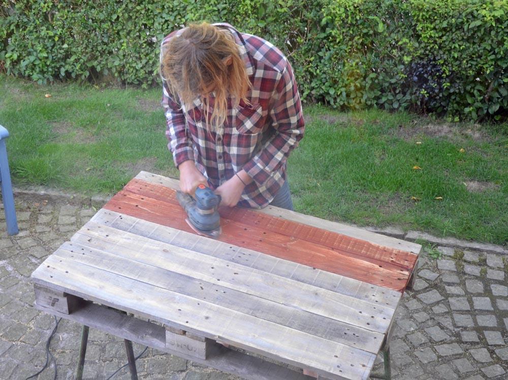 Vi satte brädorna tätare på lastpallen. Oj vad de satt hårt! Men Erik fick los dem och nu slipar han dem innan några ska målas....