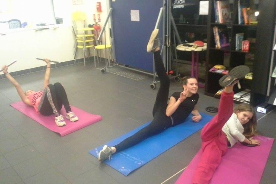 Séances d'entretien corporel / remise en forme à l'Accueil Jeunes d'Artannes-sur-Indre. Chaque mardi et chaque jeudi, de 17h30 à 19h, nous venons nous dépenser en menant des atliers de d'entretien et de renforcement musculaire.