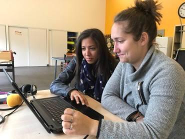 Sandrine et Marine, animatrices à l'ALSH d'Artannes, sont en plein montage audio de leur jingle radiophonique