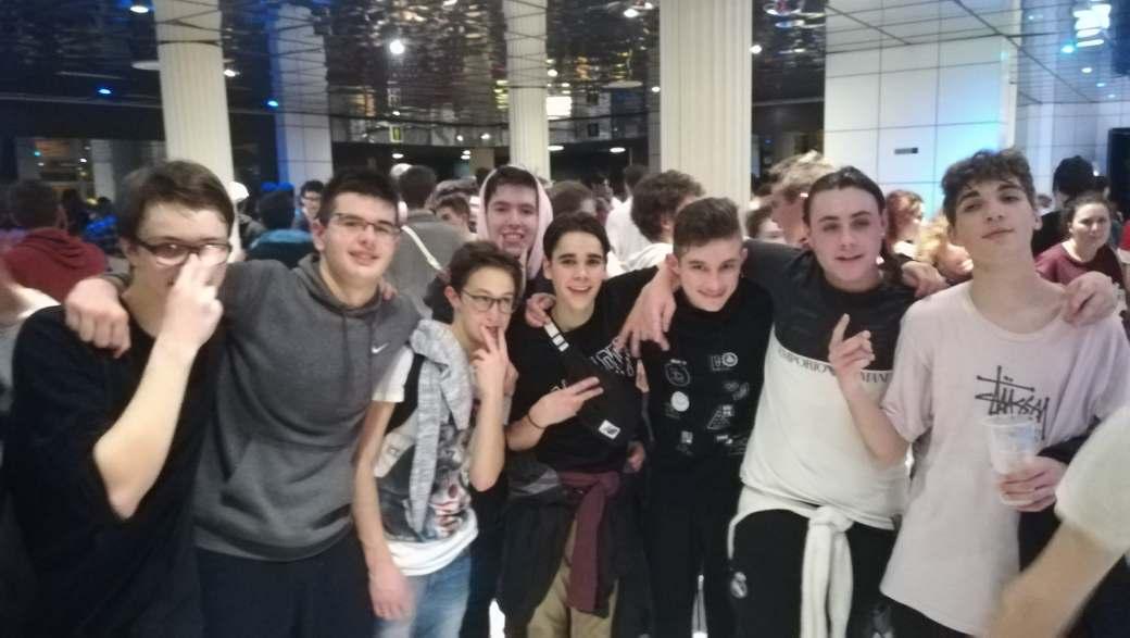 Une photo de groupe des jeunes montois étant allés voir Caballero et JeanJass en concert