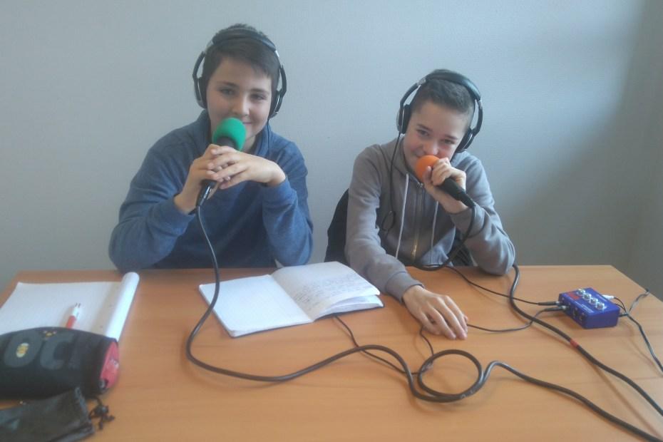 Clément et Baptiste sont aux micros pour enregistrer leur émission de radio hebdomadaire sur le foot