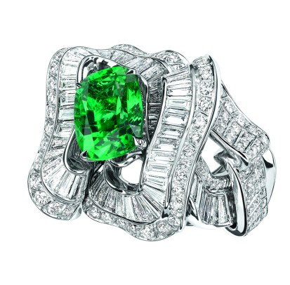 Noué Emeraude Ring. 750/1000 white gold, diamonds and emerald.