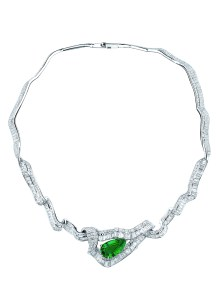 Noué Emeraude Necklace. 750/1000 white gold, diamonds and emerald.