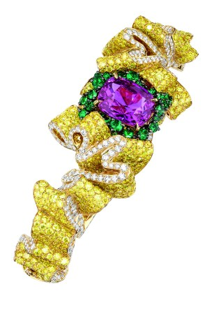 Pli Plat Saphir Rose Bracelet. 750/1000 yellow gold, diamonds, yellow diamonds, pink sapphires and emeralds.