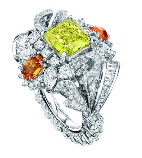 Plumetis Diamant Jaune Ring. 750/1000 white gold, diamonds, yellow diamonds and spessartite garnets.