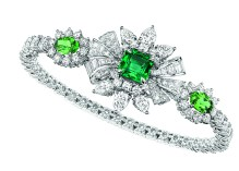 Plumetis Emeraude Bracelet. 750/1000 white gold, diamonds, emerald and tsavorite garnets.