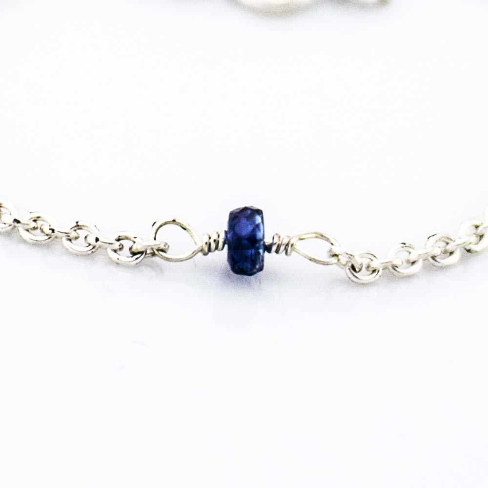 Safir perle 4 mm stor i armbånd. Safir: Safir i mine håndlavede smykker er den mørke blå. Det fortælles, at den er Østens hellige sten. Den styrker tro, visdom og retfærdighed. Safiren giver samling og koncentration, så man bedre kan finde sin livsopgave, og den befordrer renhed i tanke såvel som i handling. Stenen symboliserer kreativitet og hjælper os med at udtrykke vores egen skabertrang og kreativitet, ligesom den hjælper os til at tænke lidt mere abstrakt i situationer, der kræver en mere kreativ løsning. Safir er lykkesten for september måned og lykkesten for alle der har fødselsdag der.