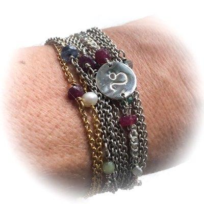 Stjernetegns armbånd set på håndleddet
