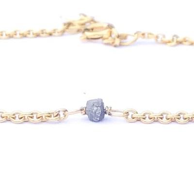 Diamant: Hvem kender ikke en diamant? Det er den mest kendte af de 12 hovedstene og elsket af de fleste kvinder. Diamanten er den reneste af alle stene. I mine smykker findes de i min favorit udgave hvor der er rå og jeg bruger dem i mange farver. Diamanten symboliser beskyttelse. Det er også den mest kostbare af alle stene og bliver vurderet ud fra 4 parameter. Diamanten bringer lykke for alle der er født i april, samt for alle der født i stjernetegnet Vædderen. Lille rå diamant der sidder fast i armbånd
