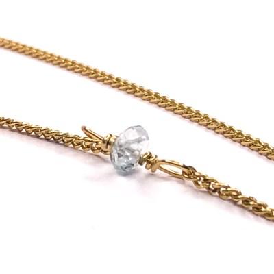 Akvamarin perle i halskæde.Akvamarin er en fin smuk lyseblå sten i den udgave jeg bruger i mine håndlavede smykker. Den bringer glæde, lethed og humor. Akvamarin er en meget let og glad sten, der vækker en boblende følelse af munterhed, humor og livsmod i dit sind. Den er åbnende, skaber overblik og giver grobund for alle former for kommunikation. Den har en let og meget ren og fin energi. Det kan næsten føles som om din engel står lige bag dig, og hjælper dig med hele tiden, at gå den lige vej. Akvamarinen er lykkesten for marts måned.