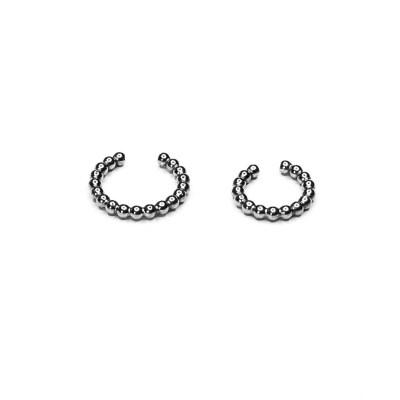 Earcuff i sølv lavet af kugler og kaldes earcuff Ballchain