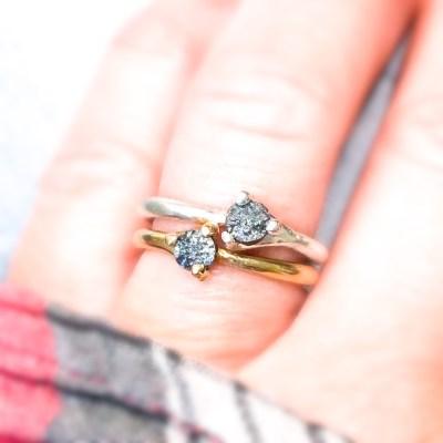 Rough diamond ring set på hånden i guld og sølv