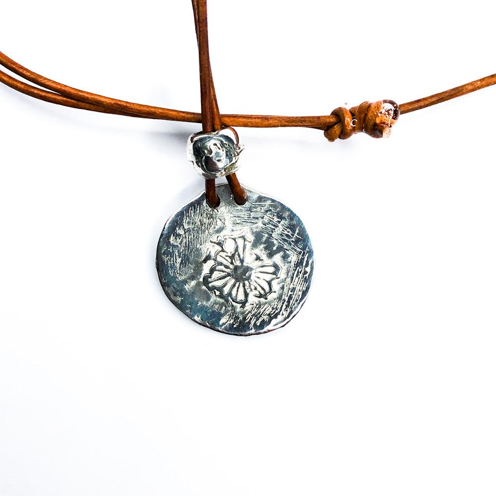 Amzing Coin halskæde med læderkæde. En gammelmønt med sol motiv og en rå struktur i 925 sterling sølv.