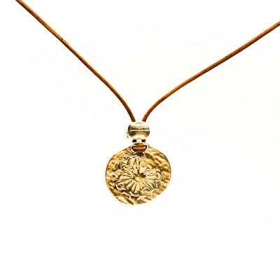 Cool og rå halskæde med en gammelmønt med solmotiv på i en læderhalskæde