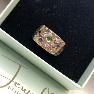 One of a kind ring med hvide, pink og grønne brillanter
