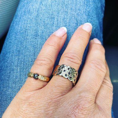 Sparkling rough diamond ring i 14k guld set på finger.