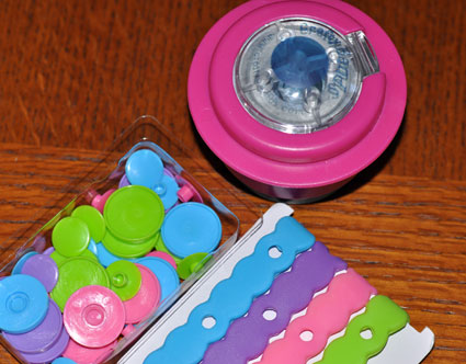 The starter kit include everything needed to make 4 complete Crafty Bands.