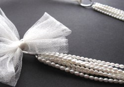DIY Multistrand Bridal Statement Necklace - with pearls and tulle. Video tutorial